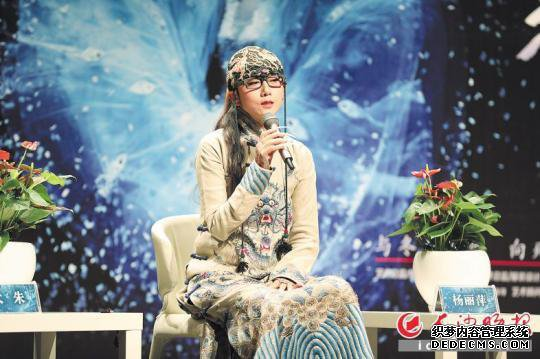 11月10日,杨丽萍在梅溪湖大剧院度过自己的生日。